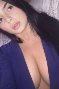 Belle femme se met nue sur le 71